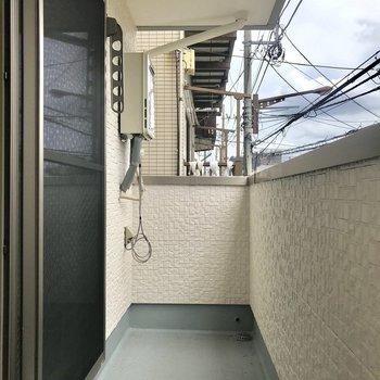 バルコニーは洗濯物を干すには十分な広さ※写真は2階の同間取り別部屋のものです