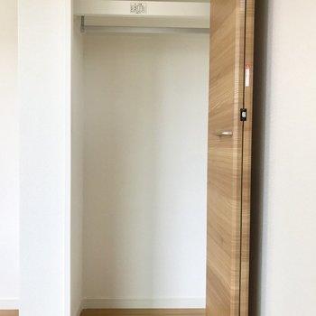 ワンシーズン分の洋服が入りそう※写真は2階の同間取り別部屋のものです