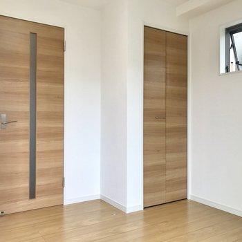 木目柄の扉がアクセントに※写真は2階の同間取り別部屋のものです