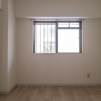 【西側洋室】こちらの窓は共用部に面しています。