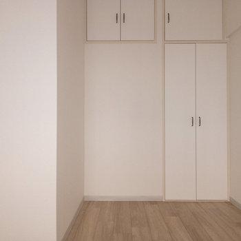 【西側洋室】こちらのお部屋には物入れが。