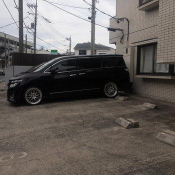 駐車場は建物手前で車の出し入れがしやすいです。