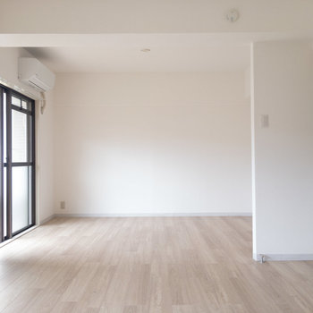 【LDK】すっきり広々していて大きな家具を置くこともできます。