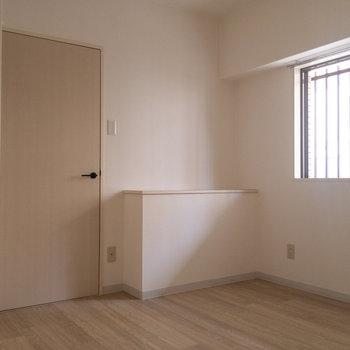 【東側洋室】ちょっとしたものをディスプレイするのにも使えそうな、出っ張りがあります。