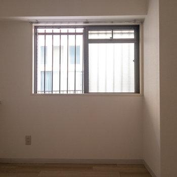 【東側洋室】もう一方の部屋にも窓。