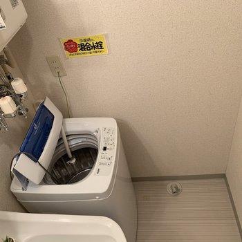 洗面台の横が洗濯機置場 脱衣所は狭め