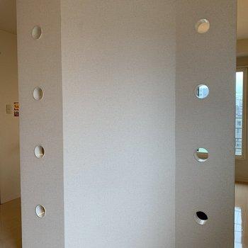 平らな壁ではなくカクカクしていて、まぁ〜るい穴が開いているから採光もとれて◎