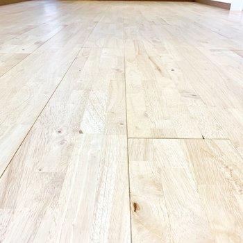 テクスチャーその弐。床面の無垢材フローリング。