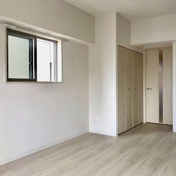 小窓も付いているので、風通しも◯※写真は4階の同間取り別部屋のものです