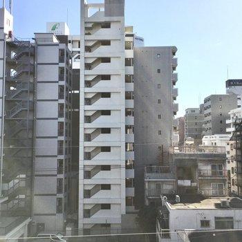 眺望はマンション街。