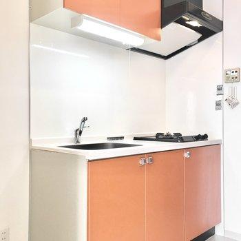 キッチンはフレッシュなオレンジ!※写真は3階同間取り・別部屋のものです。