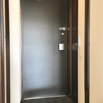 玄関はコンパクトサイズ。※写真は3階同間取り・別部屋のものです。