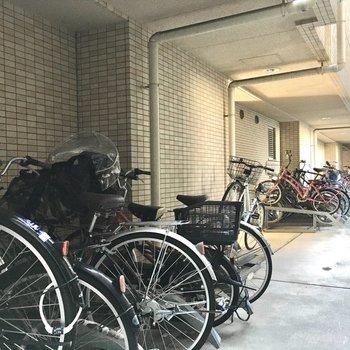 共用部】駐輪場は多少雨は防げるかも。