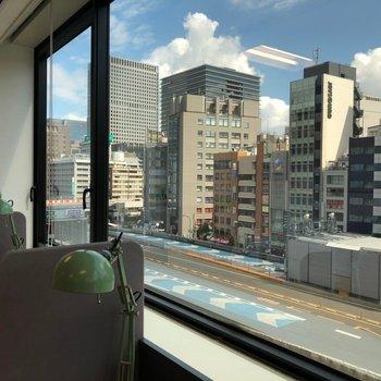 窓からは都会の景色