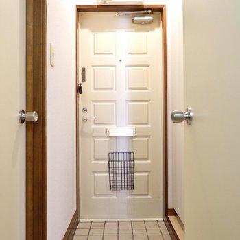 玄関からお部屋へは扉で仕切られています。