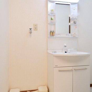 洗面台と洗濯機は横並びに。