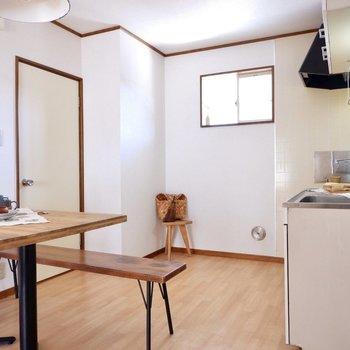 キッチン背面に食器棚も置けますね。