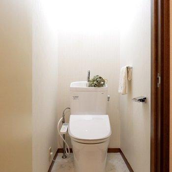 トイレは取り替えられていて、温水洗浄機能付き。