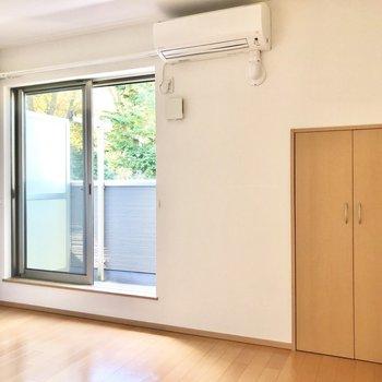 【LDK】エアコンも付いています。窓にはシャッターが付いていて防犯面も安心です。