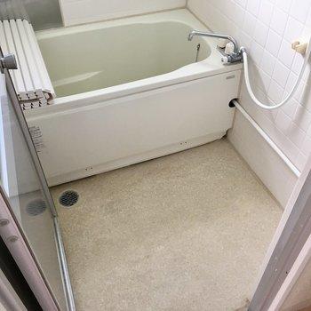 お風呂はシンプルですね。