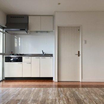 ぼこっとした部分にキッチンスペース。冷蔵庫は写真の右側かな?