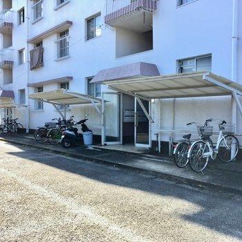 自転車置き場は入り口出てすぐです。