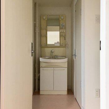 水回りはLDKから〜!突き当りに洗面台。