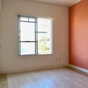 こちらはお隣の4.5帖の洋室。