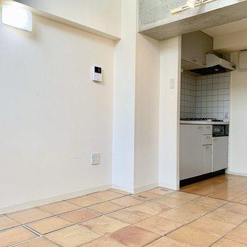 冷蔵庫はキッチン後ろに置けますよ