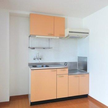 オレンジカラーがかわいいキッチン。