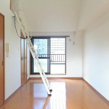 2階の7.9帖の洋室です。縦長だ。