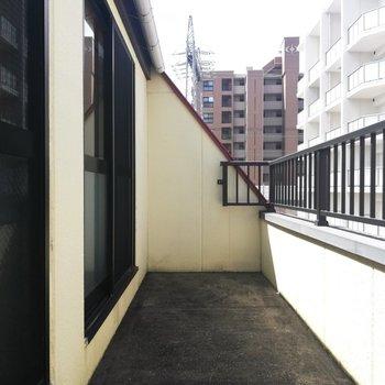こちらは廊下と洋室から出入りできるバルコニー。