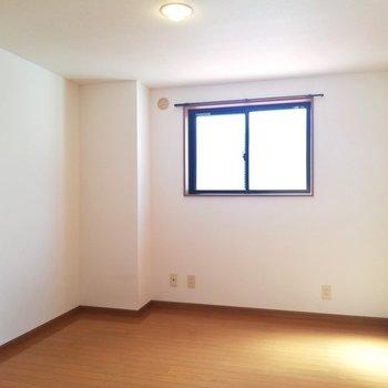隣の6.4帖の洋室にも窓付き。