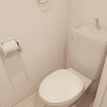 トイレはウォシュレット付きに変更されています。(※写真は4階の同間取り別部屋、清掃前のものです)