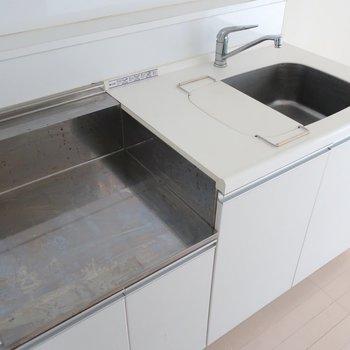 キッチンも真っ白。シンプルさが素敵なのです(※写真は4階の同間取り別部屋、清掃前のものです)