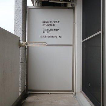 バルコニーは普通のサイズ感(※写真は4階の同間取り別部屋、清掃前のものです)