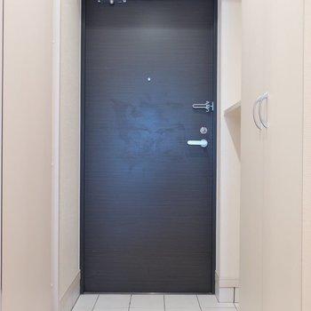 シンプルスタイルは玄関も。徹底されたプレーンさ(※写真は4階の同間取り別部屋、清掃前のものです)
