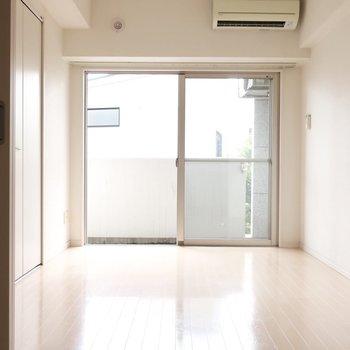 洋室は5.4帖。光に包まれて健やかに過ごせそう(※写真は4階の同間取り別部屋、清掃前のものです)