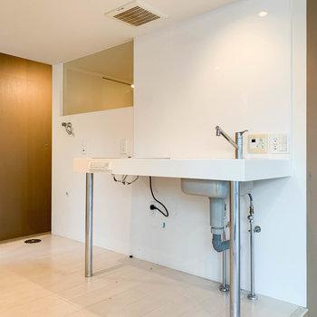 キッチンの左側には、冷蔵庫と洗濯機置き場です。※写真はクリーニング前のものです。
