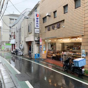 マンション前の商店街です。精肉店とお蕎麦屋さん。