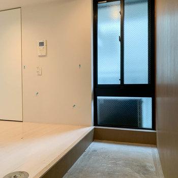 キッチン隣の廊下部分、土間になっています。※写真はクリーニング前のものです。