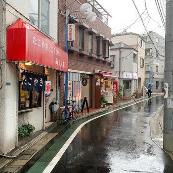 商店街をツツーとまっすぐ歩くと駅に着きます。