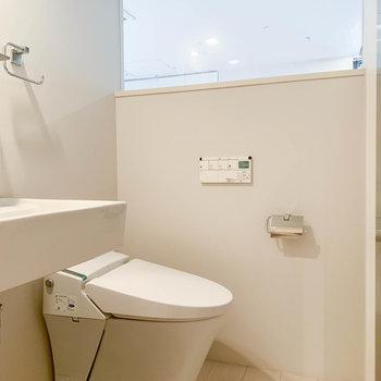 温水洗浄便座付きのトイレです。※写真はクリーニング前のものです。