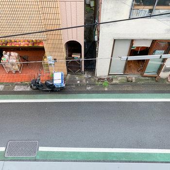 下を向くと、商店街の精肉店が見えます。
