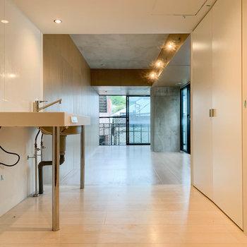 キッチン側から、お部屋の奥を見ました。壁の色合いで空間が分かれています。