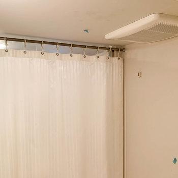 脱衣所とは、カーテンで仕切る作り。※写真はクリーニング前のものです。