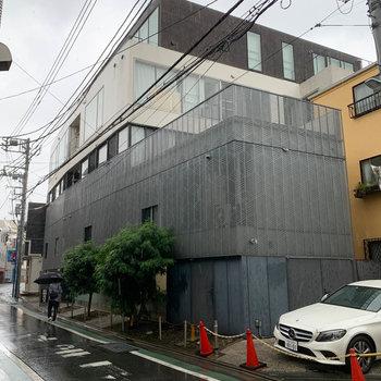 小道沿いの、スタイリッシュな外観のマンション。