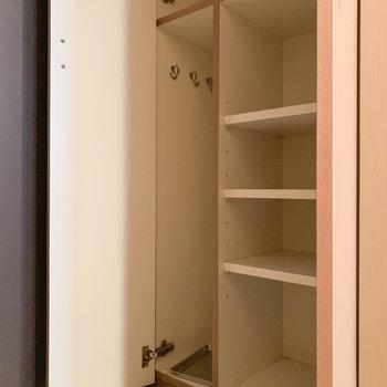 玄関横には、コンパクト目なシューズボックスです。