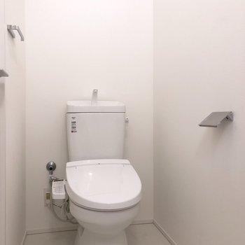白くシンプルな温水洗浄付きトイレ。※写真は前回募集時のものです
