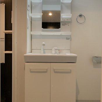 鏡の横に歯ブラシや洗顔料がおけますね〜